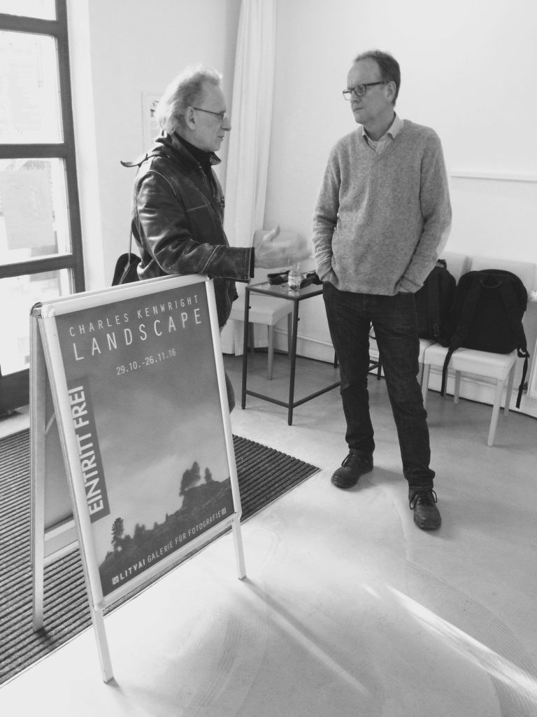 Charles Kenwright im Gespräch mit Galerist Peter Litvai.